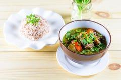 汤用牛肉,菜,作为基本和煮沸的米的骨头汤 库存图片