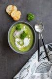 汤用硬花甘蓝和奶油和匙子在灰色背景 免版税图库摄影