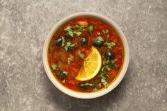 汤用肉,橄榄,草本,在碗的柠檬,在灰色背景,顶视图自创食物 库存照片
