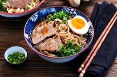 汤用soba面条、牛肉、姜、葱和鸡蛋 免版税库存照片