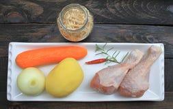 汤的成份从与鸡的自创面条 免版税库存图片