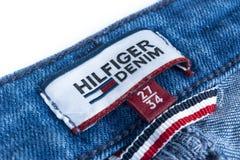 汤米・席尔菲格标签特写镜头在蓝色牛仔裤的 汤米・席尔菲格是生活方式品牌 Hilfiger牛仔布 汤米・席尔菲格蓝色牛仔裤detai 库存图片