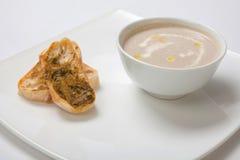 汤纯汁浓汤在一块深白色板材采蘑菇 库存照片