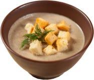 汤纯汁浓汤用油煎方型小面包片和草本在白色背景 库存照片
