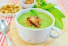 汤纯汁浓汤用烟肉和油煎方型小面包片在织品 库存图片