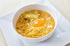 汤面用在白色板材的鸡蛋 免版税图库摄影