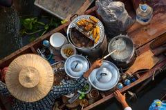 汤面的一个传统供营商在小船的,做汤,在曼谷浮动市场上 库存图片