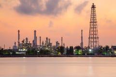汽油化工精炼厂产业植物江边,在日出期间的剧烈的天空 库存图片