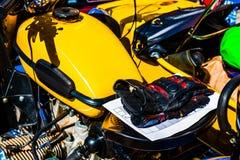 汽油箱,一辆老黄色摩托车的马达 免版税图库摄影