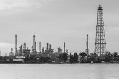 汽油精炼厂和塔河前面 免版税库存图片