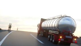 汽油罐车,油拖车,在高速公路的卡车 非常快速驾驶 现实自动动画 库存例证