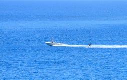 汽船和冲浪者在蓝色海 库存图片