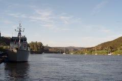 汽船和帆船在河停泊了 免版税库存图片