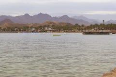 汽船在海湾中停住,平衡在beac的日落 免版税库存照片