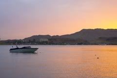 汽船在海湾中停住,平衡在beac的日落 库存照片