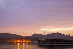 汽船在海湾中停住,平衡在beac的日落 图库摄影