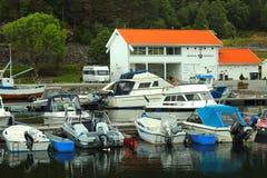 汽船在Vikedal小游艇船坞,挪威 库存图片