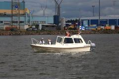 汽船沿工业区移动 †‹â€ ‹水区域科特卡港  库存照片