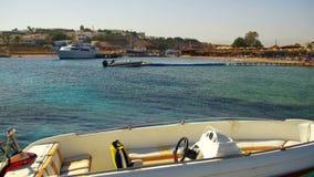 汽船被栓对一个码头在海滩背景的红海 股票视频