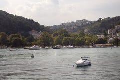 汽艇、游艇和大厦看法  库存图片