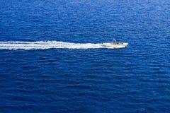 汽艇和速度在蓝色海 库存照片