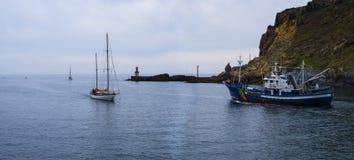 汽艇和风船,在Cantabrian海的海岸的渔船 免版税库存照片