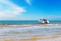 汽艇旅行在白天 免版税库存照片