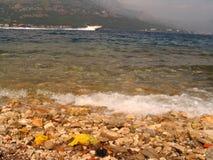 汽艇有卵石花纹的河 免版税库存照片