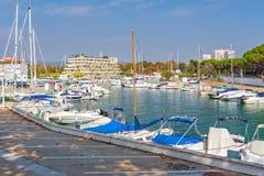 汽艇港口在村庄Plaja de Aro在西班牙, 13 10, 2017年村庄Plaja de Aro,卡塔龙尼亚,西班牙 库存照片