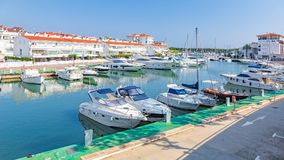 汽艇港口在村庄Plaja de Aro在西班牙, 13 10, 2017年村庄Plaja de Aro,卡塔龙尼亚,西班牙 免版税库存图片