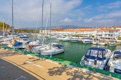 汽艇港口在村庄Plaja de Aro在西班牙, 13 10, 2017年村庄Plaja de Aro,卡塔龙尼亚,西班牙 免版税库存照片