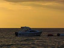 汽艇的看法靠码头在Ksamil海滩岸  免版税图库摄影
