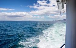 汽艇苏醒在海洋的 免版税库存图片