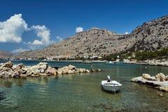 汽艇被停泊在海岛的海岸 免版税图库摄影