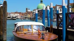 汽艇阻塞在岸,在大运河的水运输,海洋游览 库存照片