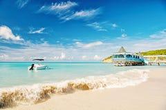 汽艇,在水,咖啡馆的游艇在圣约翰,安提瓜岛海湾 免版税库存照片
