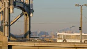 汽车、卡车和公共汽车过在日落时间的桥梁 大教堂圆屋顶isaac ・彼得斯堡俄国s圣徒st 股票录像