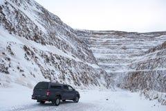汽车一个露天开采矿的wirh工作者 库存图片