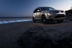 汽车三菱在冰海岸的外国人逗留在冬天日落 库存图片
