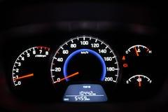 汽车与车速表&其他拨号盘的仪表盘 免版税图库摄影
