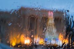 汽车丢弃玻璃雨 雨天,夜 下雨在窗口,多雨天气,雨背景的下落 免版税库存照片
