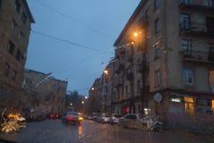 汽车丢弃玻璃雨 雨天,夜 下雨在窗口,多雨天气,雨背景的下落 免版税库存图片