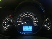 汽车仪表板现代汽车控制阐明了盘区速度显示 与蓝色的现代汽车仪表盘仪表板 免版税库存照片
