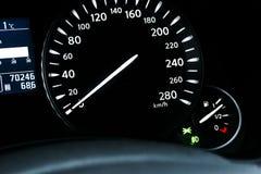 汽车仪表盘、仪表板特写镜头与可看见的车速表和燃料级别 现代方向盘 汽车详细资料内部现代 免版税库存图片