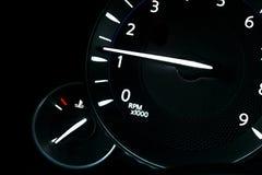 汽车仪表盘、仪表板特写镜头与可看见的车速表和燃料级别 现代方向盘 汽车详细资料内部现代 图库摄影