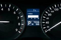 汽车仪表盘、仪表板特写镜头与可看见的车速表和燃料级别 现代方向盘 汽车详细资料内部现代 免版税图库摄影
