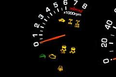 汽车仪表盘、仪表板特写镜头与可看见的车速表和燃料级别 现代方向盘 汽车详细资料内部现代 库存图片