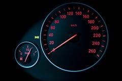 汽车仪表盘、仪表板特写镜头与可看见的车速表和燃料级别 现代汽车内部细节 免版税库存照片