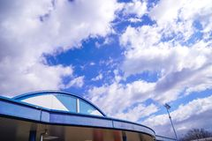 汽车休息点大厦上面在有多云的日本在天空 图库摄影