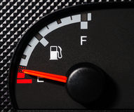 汽车低的汽油表 库存照片
